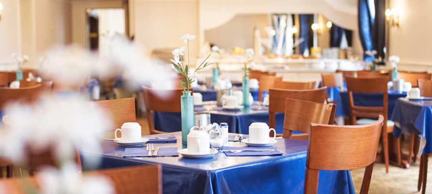 Frukosten serveras i hotellets ljusa omgivningar och här hittar ni ett stort urval av bröd, ost, yoghurt, juice och kaffe