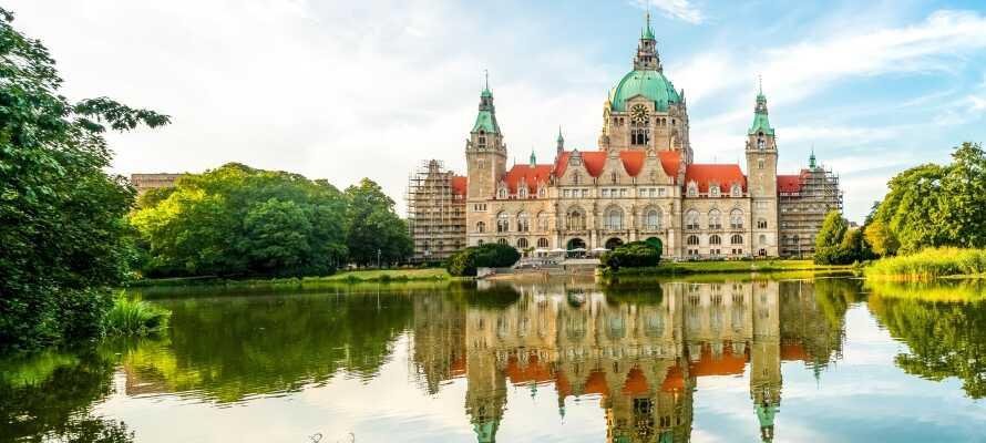 Besök Hannovers nya rådhus som ligger idylliskt beläget vid en vacker sjö