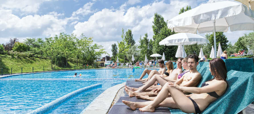 I kan slappe af og nyde det gode vejr ved den udendørs swimmingpool.