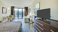Hotellets standardværelser er indrettet i lyse farver og tilbyder komfortable rammer for opholdet
