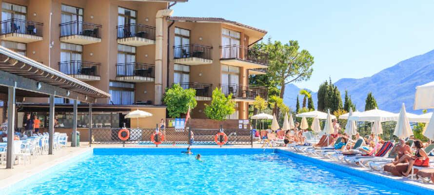 Der er udendørs swimmingpool med solsenge, parasoller, en børnepool, og en pool med vandrutsjebane.