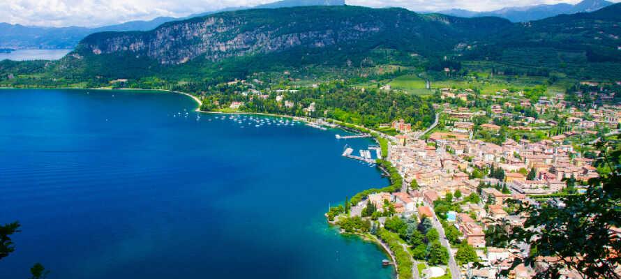 Gardasjøen er et populært feriemål for mange turister. Hotellet ligger i den nordlige enden av sjøen som er preget av flere hyggelige byer og et flott fjellandskap.