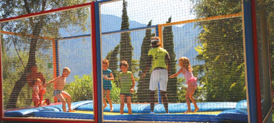 Das Hotel bietet auch einen Spielplatz mit einem Trampolin, Rutsche, Minigolf und Tischtennis.