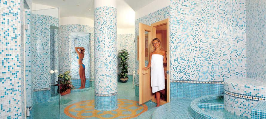Hotellets wellnessafdeling byder på indendørs pool, jacuzzi, sauna og solarium og skønhedsbehandlinger.