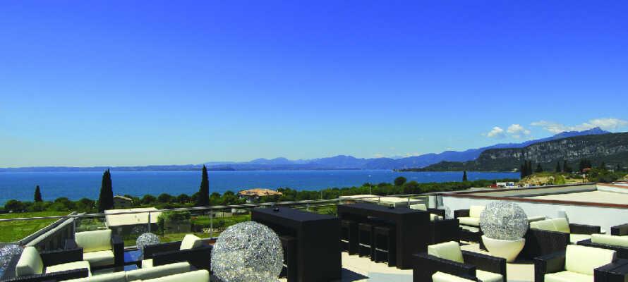 Från terrassbaren, där ni kan njuta av en drink efter maten, har ni en storslagen utsikt över Gardasjön.