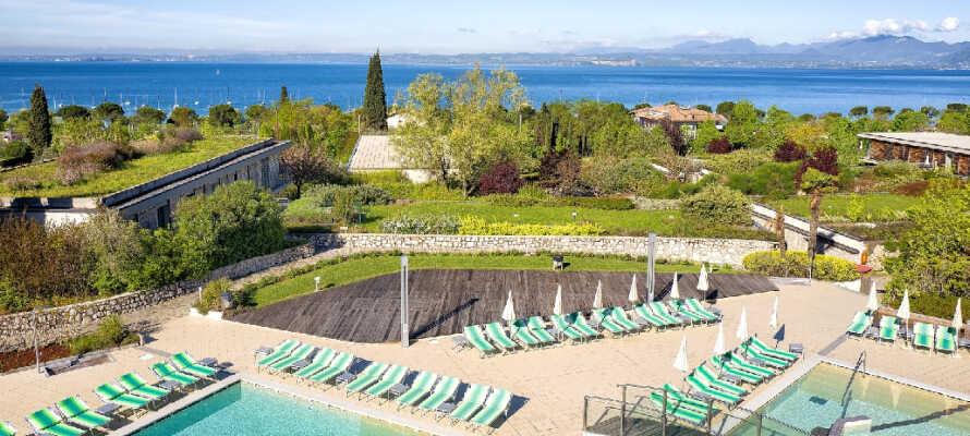 Komplekset rummer flere udendørs swimmingpools med liggestole og parasoller
