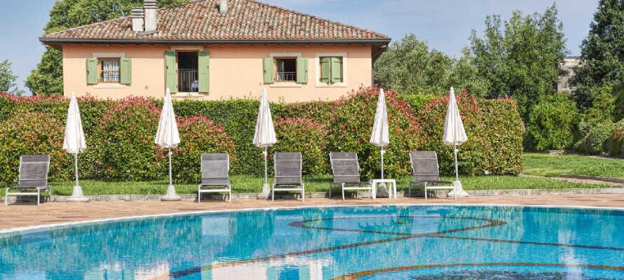 Hotellet har to udendørs- og en indendørs swimmingpool, hvor I rigtig kan slappe af og nyde livet.