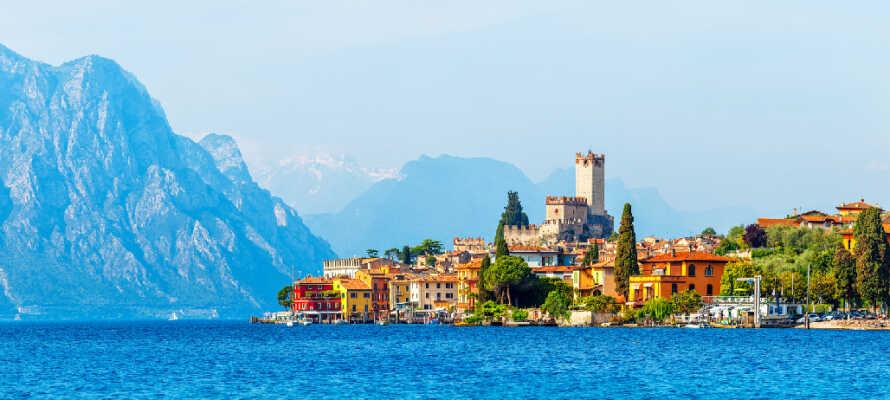 Langs med Gardasjøen finner dere mange historiske slott og hyggelige byer. Ta f.eks. en tur til nydelige Malcesine.