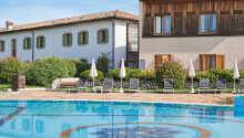 Den ene af hotellets to udendørs swimmingpools 'Azzura'