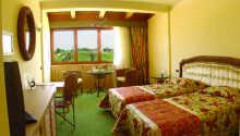 Exempel på ett av hotellets bekväma superiorrum.