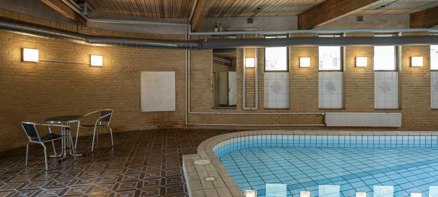 I kan benytte hotellets indendørs swimming pool ganske gratis.