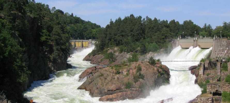 Erleben Sie die Kraft der Natur am weltberühmten Wasserfall Trollhättefallet, nur wenige Kilometer vom Hotel entfernt!