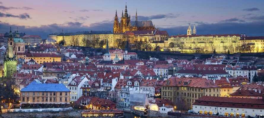 Dere bor litt utenfor Praha, men har praktisk adgang til Metro og sporvogner.