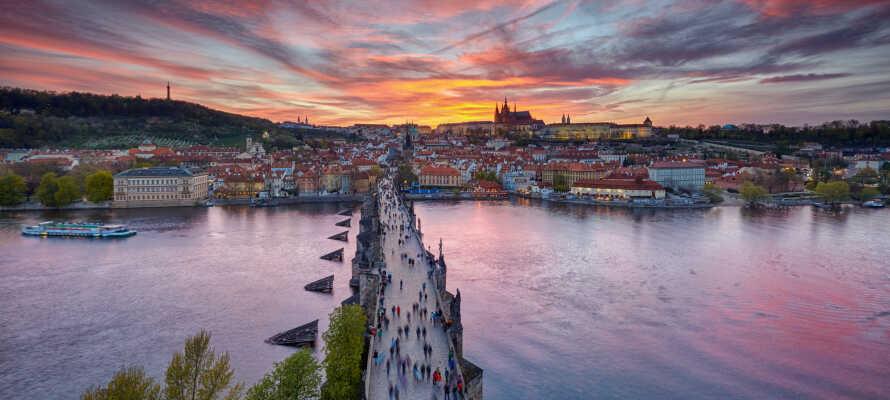 Besøg den maleriske bro, Karlsbroen, som har været med i adskillige film.