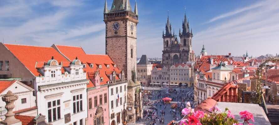 Markedsplassen huser en av Prahas største attraksjoner: Det Astronomiske Uret.