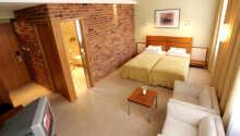 Hotellets rummelige dobbeltværelser er behageligt indrettede